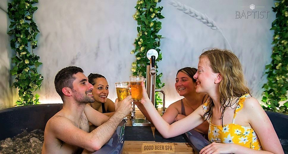 Two couples in Good Beer Spa Brussels