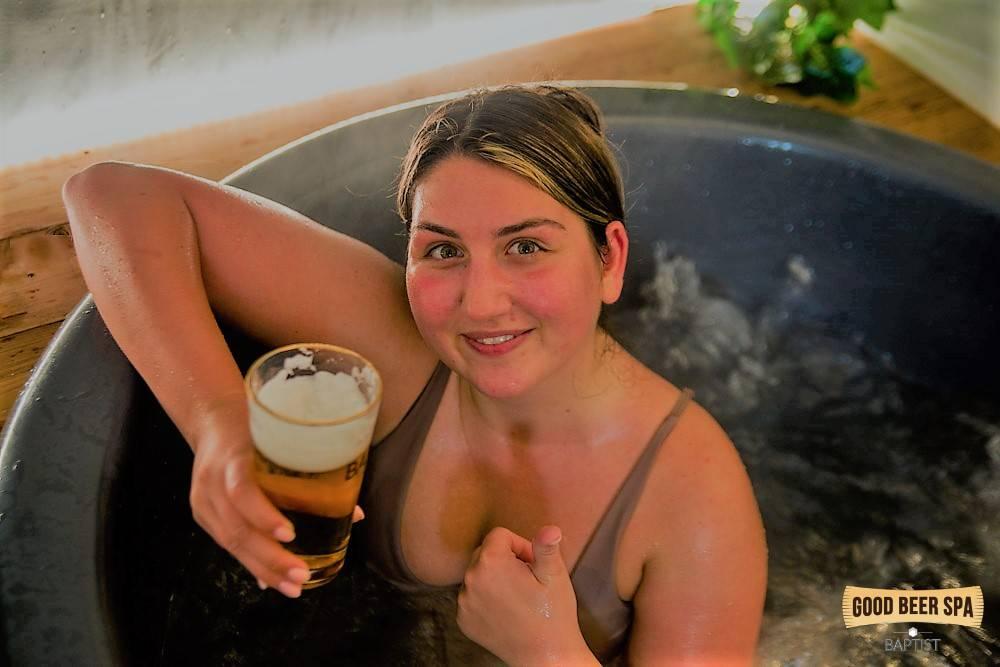 Belle fille dans le spa de bière à Bruxelles
